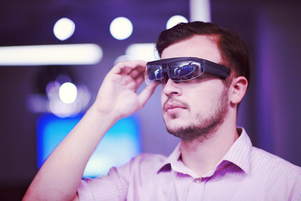 VR Blog - Mann benutzt Virtual Reality Brille